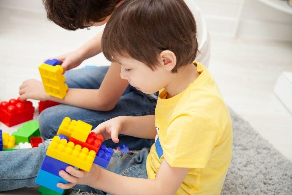 мальчики собирают конструктор лего